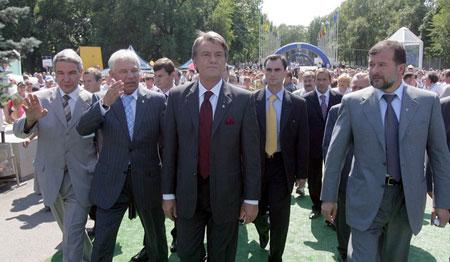 """Донецьком Ющенка, як партійних лідерів радянської епохи невідступно супроводжував """"керуючий актив"""""""