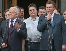 Олександр Мороз і Віктор Янукович виступають під час мітингу коаліції біля Верховної Ради. Київ, 27 травня