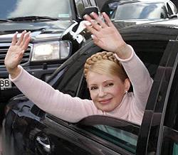 Юлія Тимошенко вітає прихильників БЮТ перед початком виборчого мітингу. Львів, 26 вересня