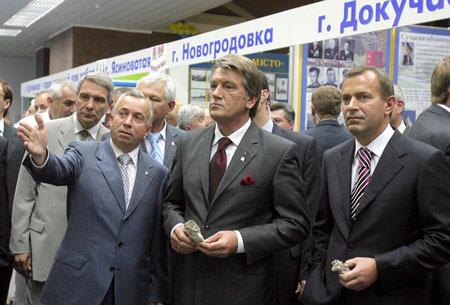 Подивіться ліворуч, подивіться праворуч... Виявляється, екскурсії здатні втомити навіть звичного до тривалих світських раутів Президента