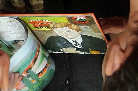 Заглянемо через плече Президента - може, це і не найкраще зображення Ріната Ахметова, але цілком впізнанне